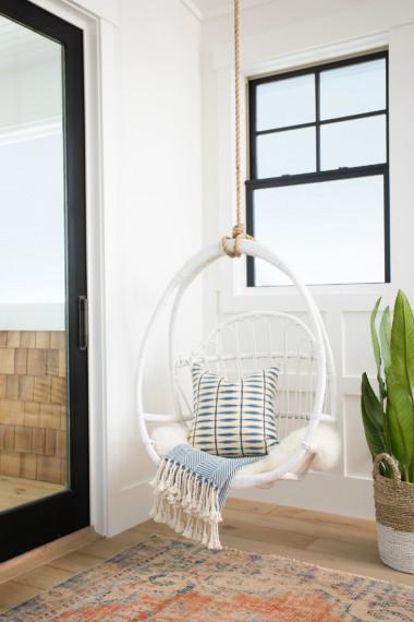 hanging-indoor-swing-white-blanket-pillow