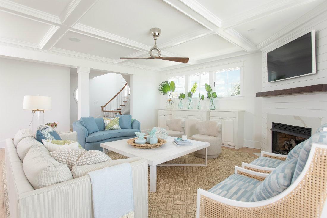 living-room-beach-house-white-ceiling-molding